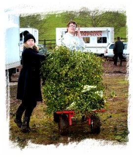 Tenbury Mistletoe Auctions - happy people loading up to go home ©vcsinden2011