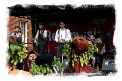 'Sur Les Docks' performing at the Faversham Hop Festival ©vcsinden2012